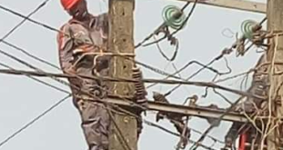 Electricity Distribution Official Electrocuted In Ikotun, Lagos Live On Camera